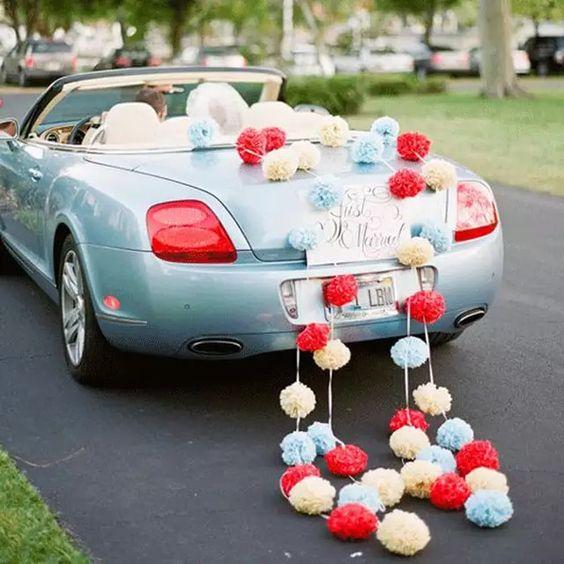 decoracao carro noivos pompom