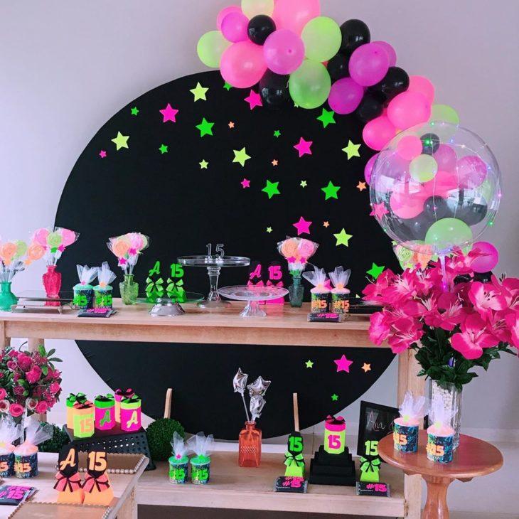 decoracao festa 15 anos simples neon